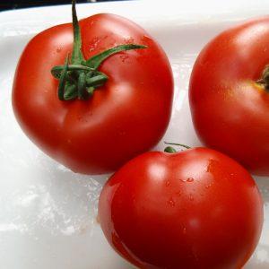 Die typische rote Farbe von Tomaten entsteht durch den Farbstoff Lycopin.
