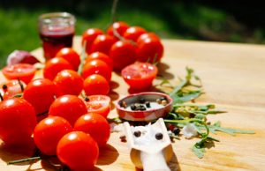 Cherrytomaten eignen sich für ein leckeres Tomatenconsommé besonders gut. (Foto: I-vista / pixelio.de)