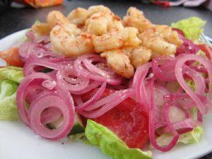 Mal etwas anderes: Auch Meeresfrüchte wie Garnelen und Salat passen gut zur Tomatensuppe. (Foto: gartenhaus-test.de / pixelio.de)